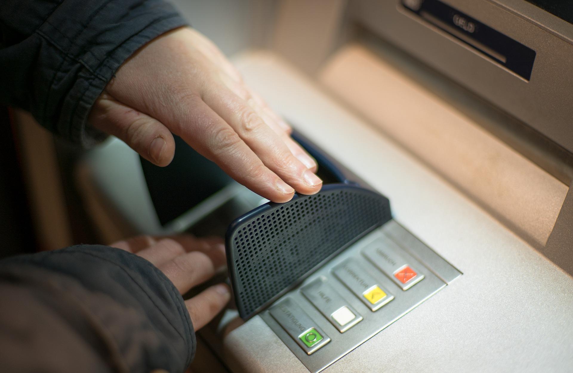 wypłacanie pieniędzy z bankomatu